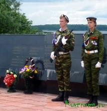 Почетный караул на мемориальном комплексе  в Кстах.