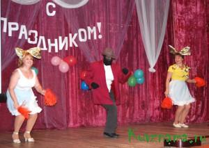 Хозяев праздника поздравляют гости - работники ДК из Тысяцкого  и Василькова.