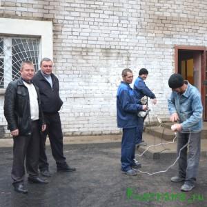 В. Иньков, А. Зуев руководят работами на объекте.