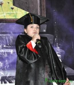 Аня Корлюкова исполняет песню «Волшебник недоучка».