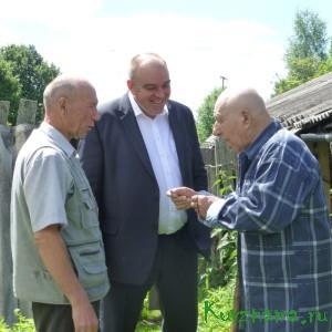 Игорь Борисович и Иван Васильевич лично поздравили со значимым юбилеем – 90-летием – ветерана Великой Отечественной войны