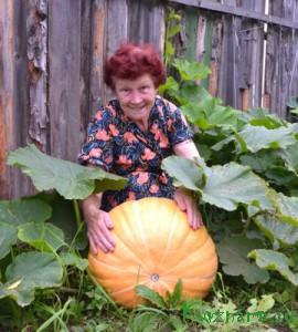 Валентина Максимовна радушно нас встретила и провела по своему огороду