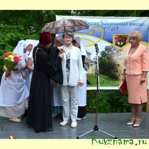 Заслуженную награду получает медсестра Валентина Раскатова