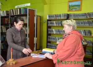 Татьяна Смирнова (ведущий библиотекарь МККДЦ) помогает посетителю с  выбором книги