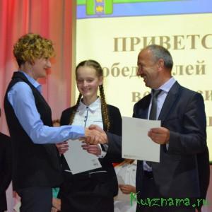 Елизавета Цветкова с мамой получают заслуженные награды