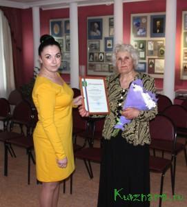 Юлия Мельникова, директор МАУ «МККДЦ», вручает заслуженную награду Людмиле Ильиничне Соловьевой