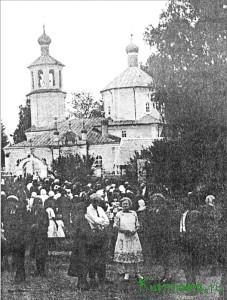 У стен действующей церкви (30-е годы)