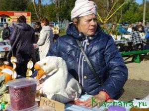 На ярмарке местных сельхозтоваропроизводителей.