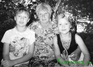 Вера Петровна с внучками