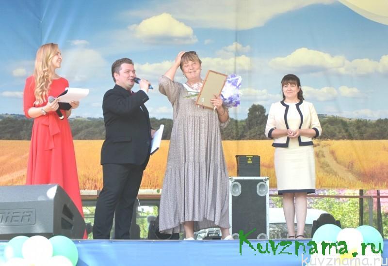 Нина Мамаева получает награду за победу в конкурсе на лучший двор